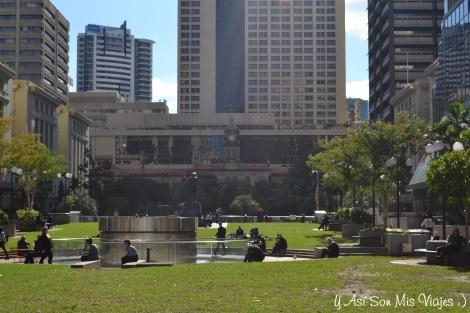 Áreas verdes en el medio de la ciudad, y donde es común ver a la gente en sus breaks descansando o almorzando