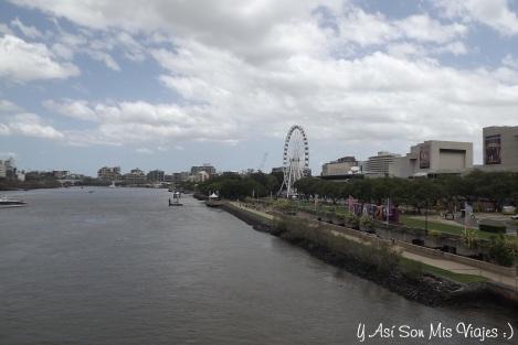 """Desde uno de los tantos puentes que cruzan el río de Brisbane que separa a  la """"City"""" de """"Southbank"""""""